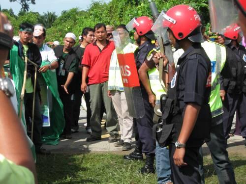 keadaan betambah tegang di sek keb air kuning... 2 minit selepas gambar ini dirakam FRU melepaskan gas pemedih mata akibat dari pertikaian penyokong UMNO Dan PAS selepas penyokong2 umno melempar kerusi ke arah penyokong2 PAS