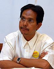 Ahmad perlu mengambil langkah yang sewajarnya untuk menyelesaikan krisis yang wujud antara wakil rakyat Barisan Nasional (BN) dengan membubarkan DUN bermula esok.