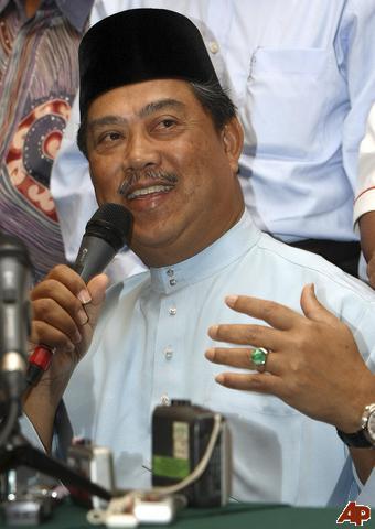 Kembalikan hak penentu ini kepada rakyat! Timbalan Presiden Umno, Muhyiddin Yassin  nampaknya akur dengan hakikat ini. Beliau mahu rakyat menentukan siapa wajar memimpin Perak. Bagaimanapun Najib sebagai Presiden Umno nampaknya masih keberatan memulangkan hak rakyat Perak ini.