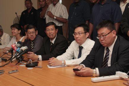 Sidang media Datuk Seri Ir. Mohammad Nizar Jamaluddin di Wisma DAP berdekatan dengan Bangunan SUK pada pukul 3.30 petang tadi.