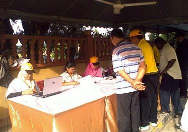 Usaha pihak Umno dan Barisan Nasional yang dikatakan cuba untuk membawa pengundi keluar daripada Penanti dengan menganjurkan rombongan percutian percuma ke negara jiran nampaknya gagal.