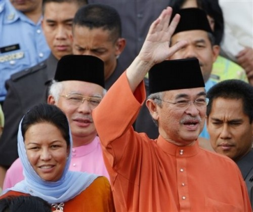 Mengapa Ustaz Nasha beria-ia benar nak berpeluk dengan Umno dan meninggalkan rakan-rakan yang menjulang Pas sehingga ketahap sekarang? Mengapa semasa kempen…Umno tu teruk sangat dan bila menang…DAP dan PKR pulak yang teruk? Mengapa pengundi-pengundi ditipu?
