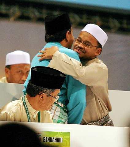 kami dari blogger boleh menerima kekalahan Dato Husam jika benar pihak perwakilan yang membuat keputusan semalam.. Tetapi berlainan dari keputusan perwakilan yang berlaku sebaliknya.... manjong mari