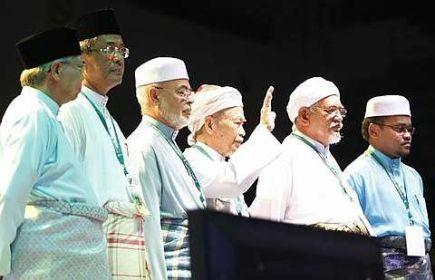 Bantahan keras TG Nik Aziz yang mengatakan kerajaan perpaduan itu mengarut dalam ucapannya di Stadium Melawati pada Sabtu lepas dikatakan pandangan peribadinya amatlah menyedihkan.Sekarang siapa tak hormat kepada ulama dan mereka yang lebih tua daripadanya.Paling menghairankan kenapa ucapan TG Nik Aziz ini tidak disiarkan oleh laman web harakahdaily.Beliau adalah seorang tokoh pemimpin PAS dan bukannya pemimpin UMNO.Siapa pula di belakang tabir harakahdaily yang begitu berani untuk tidak menyiarkan ucapan TG Nik Aziz.