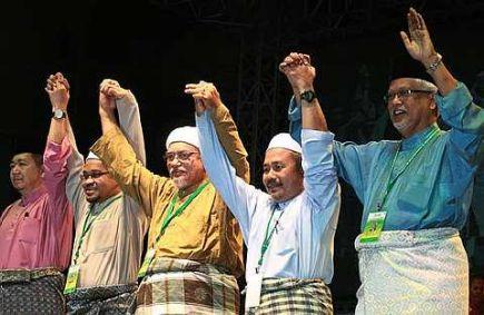 """pelik. Kitorang tak suka usaha perpaduan dengan UMNO, tapi undi boleh menang kat dia"""". Sambungnya, """" Kami yang ada kat dewan pun jenuh kerut dahi, muka masing masing macam tak senang. Kurang sangat orang yang gembira. Tapi .. ntah .. macam mana boleh jadi."""""""