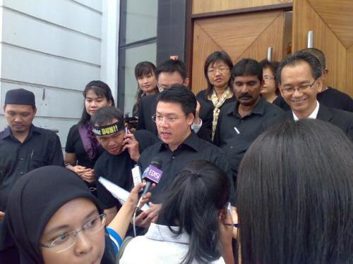 ADUN Aulong didampingi oleh ADUN Pakatan Rakyat yang lain sedang menyampaikan kenyataan media