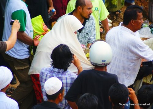 salah seorang muslimah pas yang cedera parah diusung keluar selepas berlakunya perang botol dan batu di hadapan sek men perial kelmarin