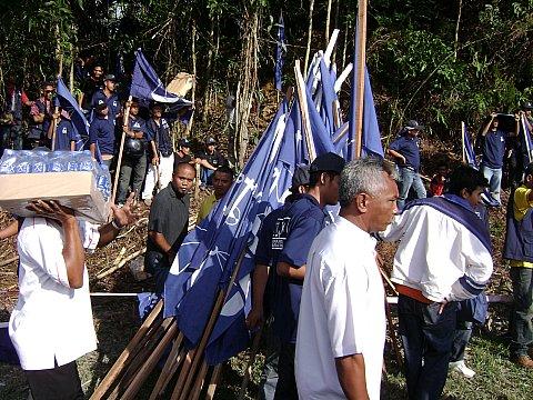 Ramainya penyokong... sampai terlebih pula bendera2 tu... kita tak cukup bendera krn penyokong kita tak brape ramai...