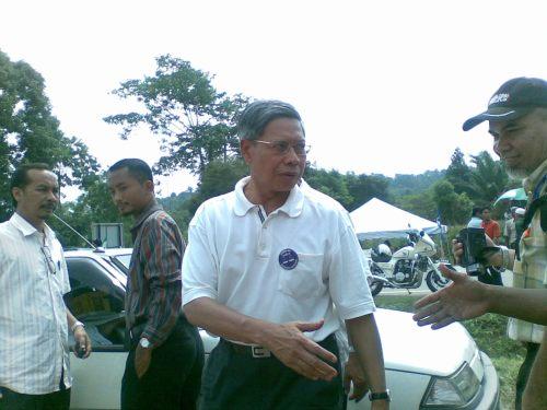 Datuk Mustapha turut juga kelihatan di tempat pembuangan undi sek keb Peria