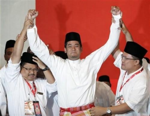 Pimpinan UMNO kebanyakannya termasuk Presiden UMNO dan yang lain-lain hanya berani mencabar, lepas tu buat helah macam-macam tu... Yang mereka berani berdebat seorang diri di depan pengundi, perwakilan UMNO dan wartawan.... -manjung mari