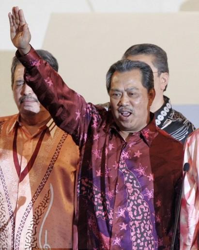 Muhyidin kata Umno dah banyak buat benda-benda Islam, seperti Bank Islam , Universiti Islam, dan banyak lagi yang berkaitan dengan Islam. Tu baru syiar bukan Syariat,