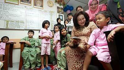 ISTERI Perdana Menteri, Datin Seri Rosmah Mansor bermesra dengan salah seorang pesakit kanak-kanak ketika melawat Wad Pediatrik, Hospital Kuala Lumpur sempena hari lahir suaminya, Datuk Seri Najib Tun Razak, di Kuala Lumpur hari ini. Gambar UTUSAN