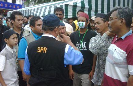 NASIHAT... Pengarah Pilihan Raya Negeri Kelantan, Abd. Rahim Mohd. Salleh menasihatkan penyokong PAS menanggalkan lambang parti itu pada topeng perlindungan pernafasan di kawasan Samagagah. Penyokong PAS ini pula berhujah ia cuma topeng perlindungan pernafasan bagi mengelak dijangkiti wabak influenza A(H1N1). SPR menguatkuasakan larangan mempamerkan lambang, logo dan bendera parti di kawasan sekitar pusat pengundian pada hari mengundi pilihan raya kecil DUN Permatang Pasir.