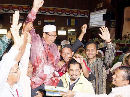CALON PAS, Mohd Salleh Man dijulang oleh penyokong-penyokongnya selepas diumumkan memenangi pilihan raya kecil Dewan Undangan Negeri (DUN) Permatang Pasir di Institit Kemahiran Belia Negara (IKBN) Bukit Mertajam, sebentar tadi.--fotoTHE STAR oleh Mustafa Ahmad