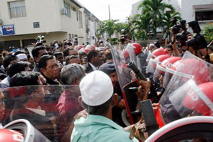 HALANG...Anggota polis dan Unit Simpanan Persekutuan (FRU) menghalang bekas Menteri Besar, Datuk Seri Mohammad Nizar Jamaluddin dan wakil-wakil rakyat Pakatan Rakyat daripada memasuki kawasan bangunan Setiausaha Kerajaan Negeri (SUK) Ipoh, hari ini.--fotoTHE STAR oleh Saiful Bahri