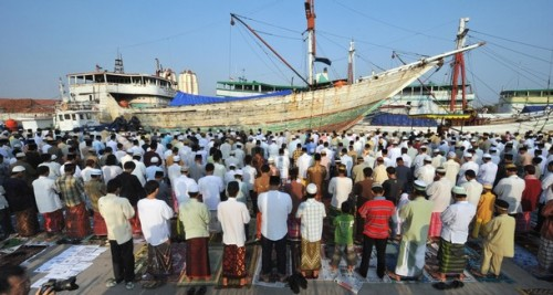 Indonesian Muslims take part in a special morning prayer at the Sunda Kelapa port in Jakarta on September 20, 2009, to celebrate the start of the Eid-al-Fitr holiday. The world's most populated Muslim nation, Indonesia, started Eid-al-Fitr celebrations on September 20 marking the end of Islam's holy fasting month of Ramadan. AFP PHOTO/Bay ISMOYO (Photo credit should read BAY ISMOYO/AFP/Getty Images)
