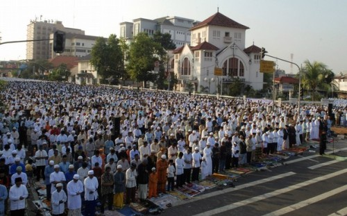 Indonesian Muslims attend Eid al-Fitr prayers on a street in Jakarta September 20, 2009. Eid al-Fitr marks the end of Ramadan, the holiest month in the Islamic calendar, during which Muslims around the world abstain from eating, drinking and sexual relations from sunrise to sunset. REUTERS/Stringer  (INDONESIA RELIGION)